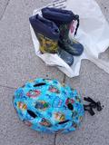 Casco de bici y botas de agua niño